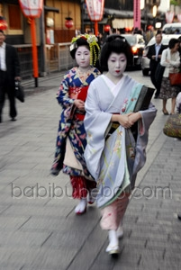 Geisha and Maiko in Gion